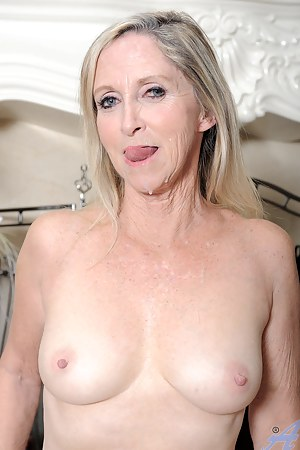 MILF Cum in Mouth Porn Pictures